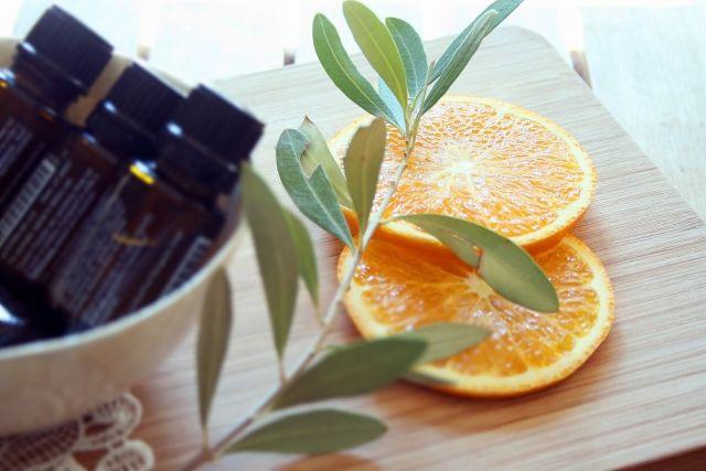 アロマオイルと一緒に置かれたオレンジ