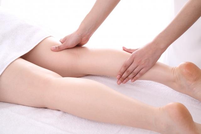 足をマッサージされてリラックスする女性