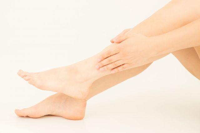 足首に触れる手