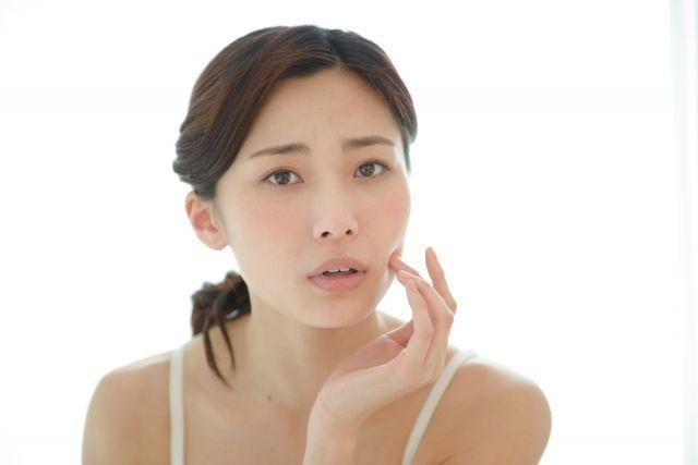 肌のハリを心配する女性