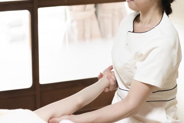 白い服を着たセラピスト