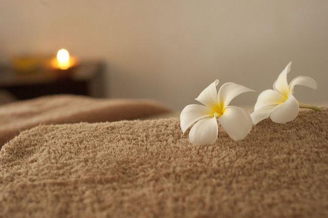 タオルの上に置かれた白い花